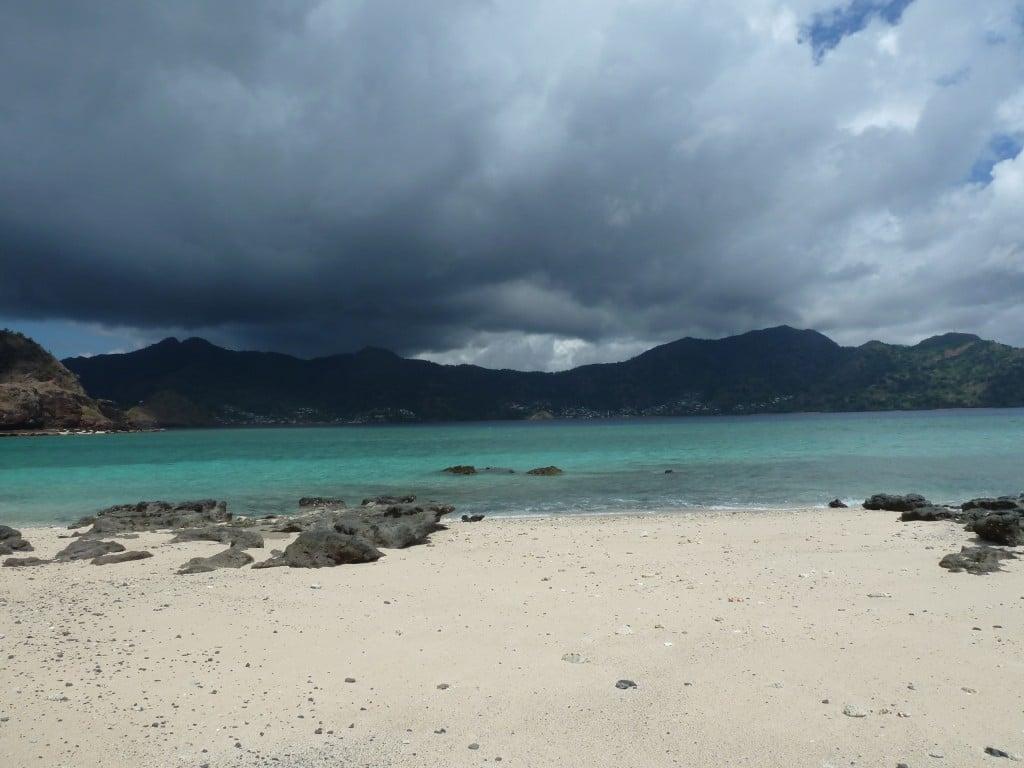 temps menaçant sur une plage de rêve